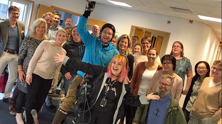 Ola Selmén och Hanna Palm bland personalen på företaget Swep i Landskrona som bidrog med 7000 kronor till Världens barn. Foto: Privat.