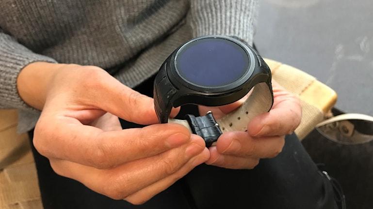 Klockan ska förhindra att äldre faller. Foto: Petra Haupt/Sveriges Radio