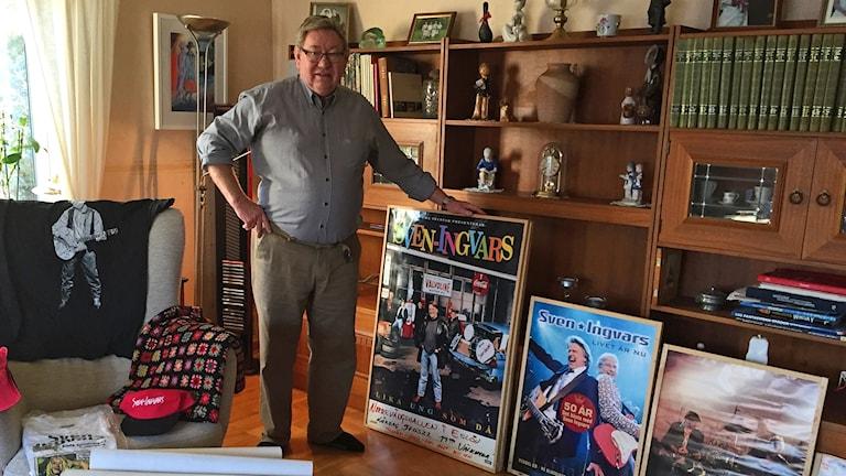 Göran Folkell med delar av sin Sven-Ingvars-samling.