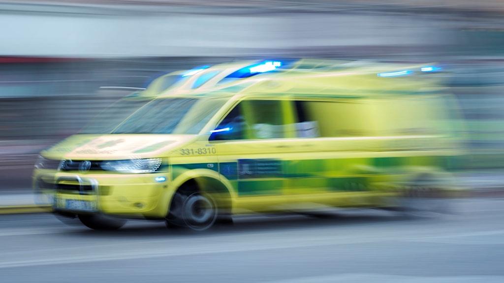 En ambulans är på väg. Foto: Stina Stjernkvist/TT