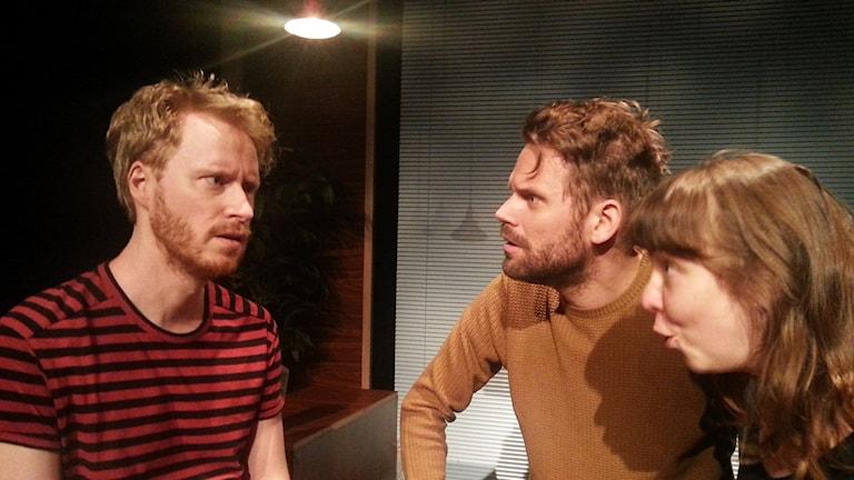 Skådespelarna August Lindmark, Torbjörn Lindberg och Anna M Persson pratar med varandra på scen.