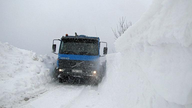 Det är svårt för sopbilen att ta sig fram mellan snödrivorna. Foto: Madeleine Fritsch/SR Malmö.