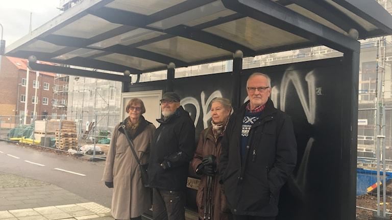 Här stannar inte bussen mer. Per-Arne Olsson, Mona Nilsson, Kurt Jönsson och Madeleine Andersson är kritiska till Skånetrafikens beslut.