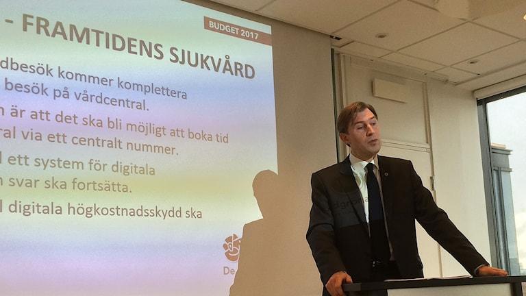 Regionsstyrelsens ordförande Fritzon Henrik (S) presenterar budgetförslaget