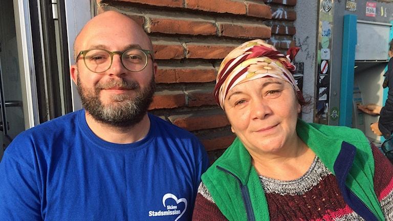 Tiggaren Daniella och hennes tolk Christian om Vellinges beslut om tiggeriförbud.