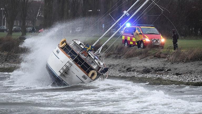 Segelbåt på grund vid Sibbarp utanför Malmö. Foto: Johan Nilsson/TT.