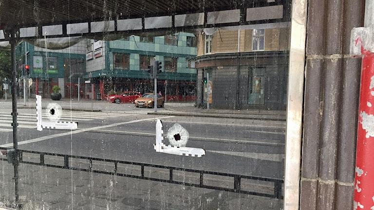 Kulhål i fönstret efter dödsskjutningen på Värnhem i Malmö. Foto: Anna Bubenko/Sveriges Radio.