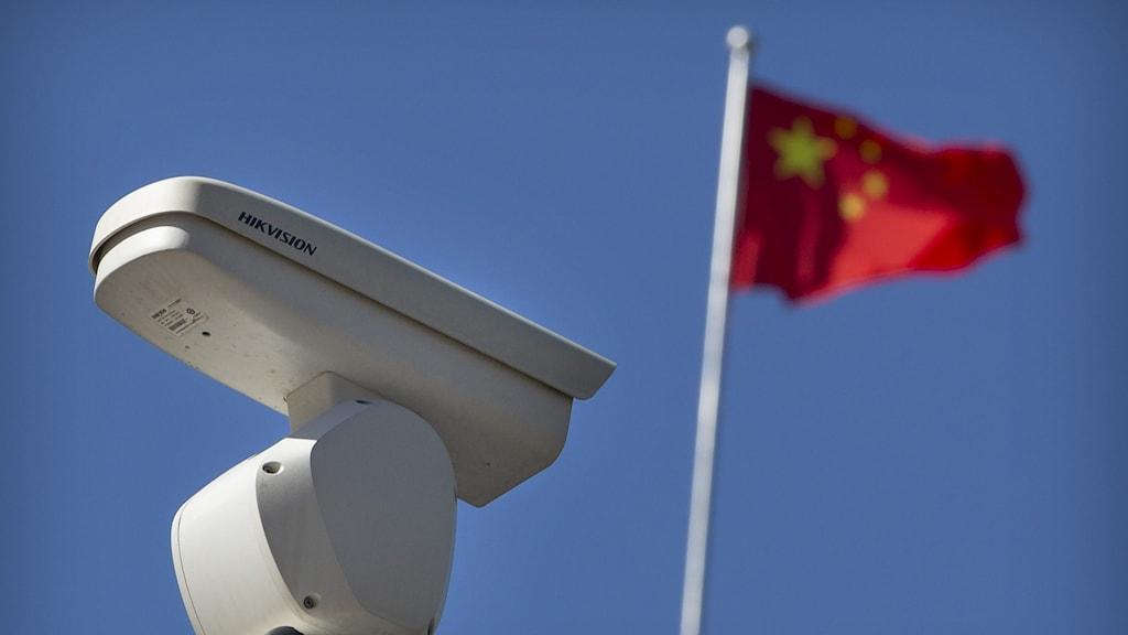 En övervakningskamera och en kinesisk flagga.