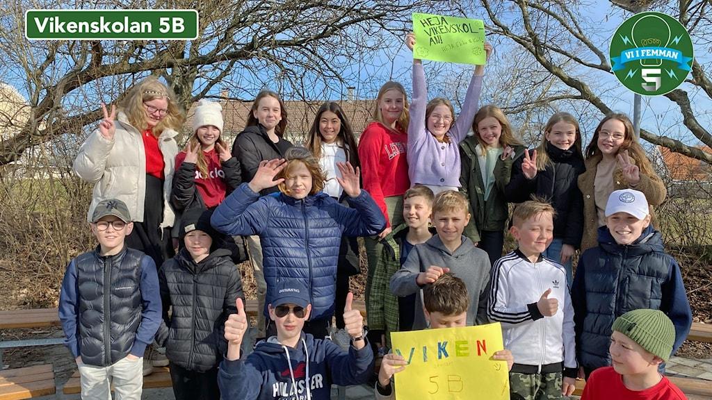 Vikenskolan klass 5B står uppställda för fotografering. Nåra har plakat där de hejar på sin klass.