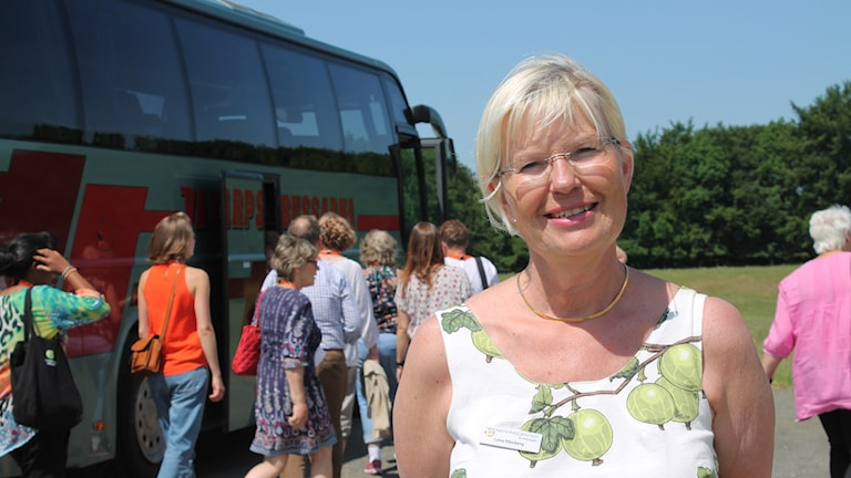 Lena Ytterberg, näringslivsutvecklare i Sjöbo, utanför buss. foto: Malin Thelin.