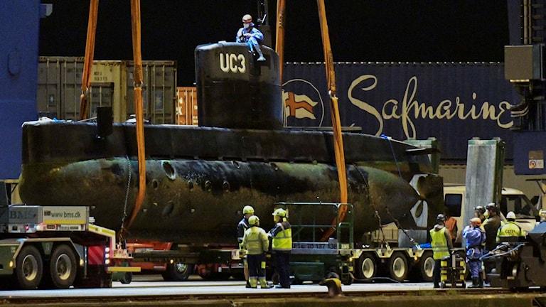 Polisens tekniker undersöker ubåten Nautilus. Foto: Johan Nilsson/TT.