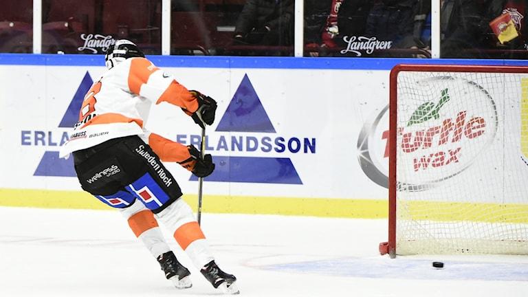 Karlskronas Emil Larsson gör 2-4 i öppet mål.