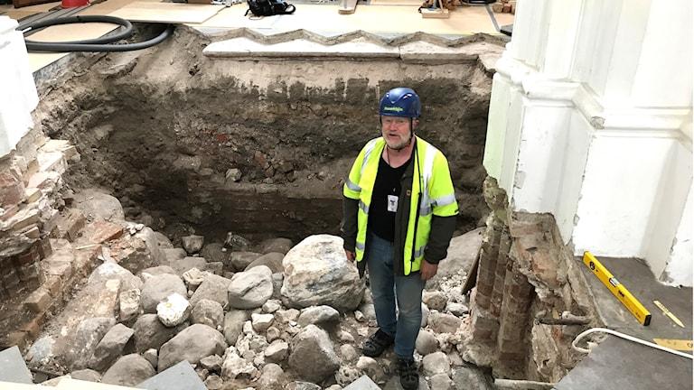 Anders Reisnert, antikvarie som deltar i utgrävningen på St: Petri.