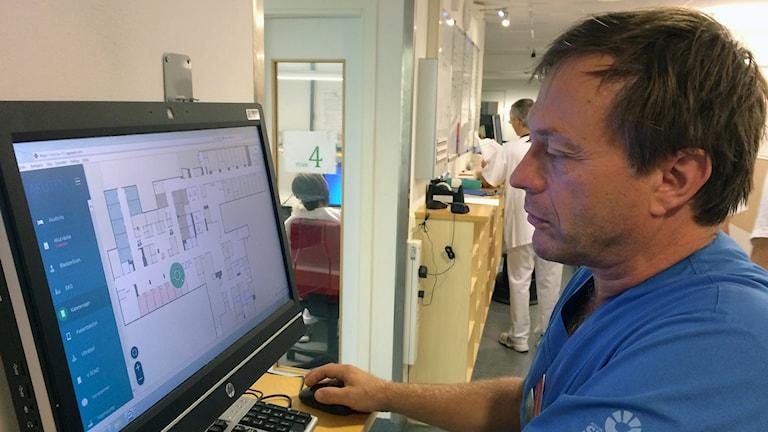 På sin datorskärm spårar Ronny Holm utrustningen på akuten vid Skånes Universitetssjukhus i Lund. Foto: Petra Haupt/Sveriges Radio.