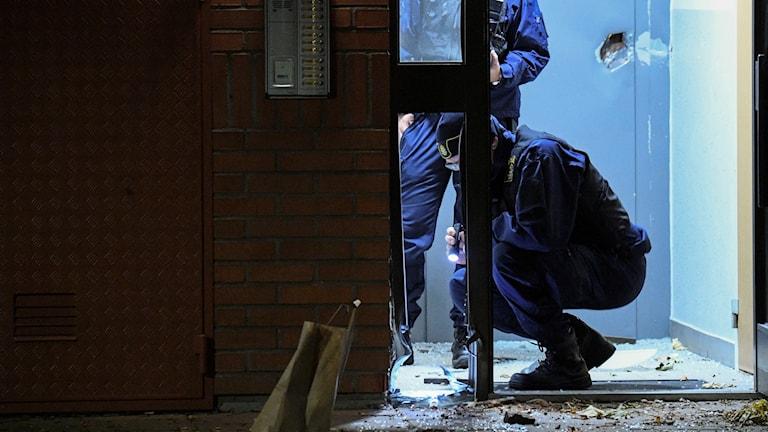Polisens kriminaltekniker på plats efter en kraftig explosion i ett trapphus i ett flerfamiljshus i Malmö natten till fredagen. Det rör sig om någon typ av sprängladdning. De är ganska kraftiga skador på både porten och inne i trappan på en hissdörr och även på en del lägenhetsdörrar, och det är säkerhetsdörrar. Det är ganska mycket splitter, säger Håkan Larsson, biträdande inre befäl vid Malmöpolisen, till TT. Ingen person har skadats i händelsen. Platsen är avspärrad, bombskyddet och kriminaltekniker har kallats till adressen. Foto: Johan Nilsson/TT