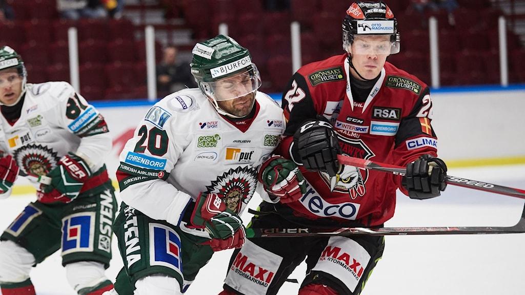 Frölundas Joel Lundqvist trycker till Redhawks Lars Bryggman under tisdagens ishockeymatch i SHL mellan Malmö Redhawks och Frölunda HC i Malmö Arena