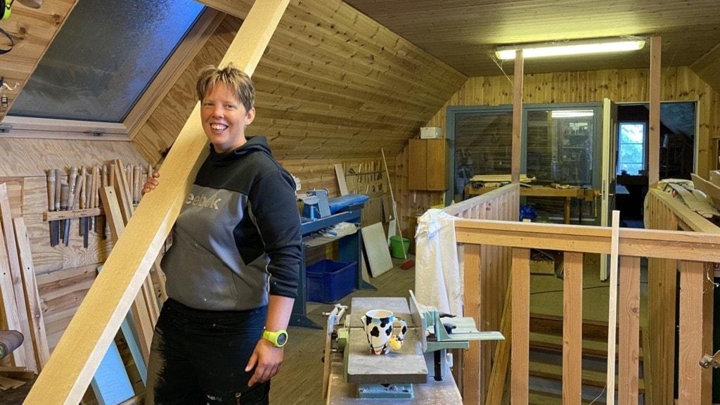 På bilden Camilla Persson som håller i en lång träplanka.