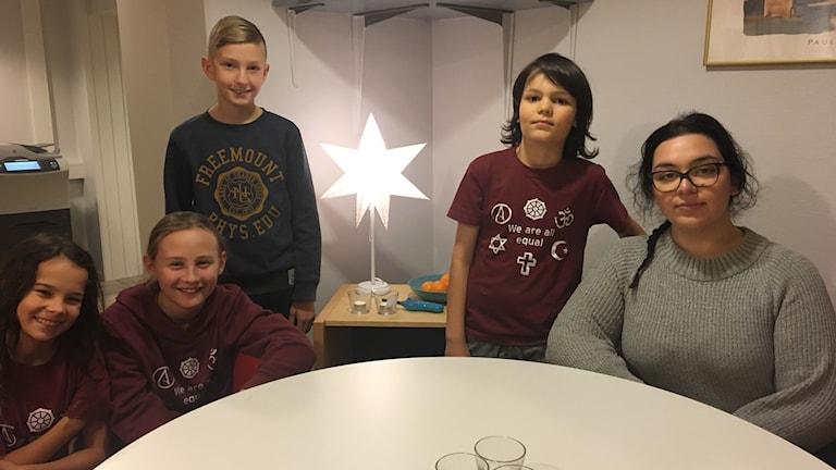 Alva Hennigor, Anna Gatmon, Gustav Ehrenstråle, Daniel Hasselqvist och ledaren Pärla Parandousch från CISV.