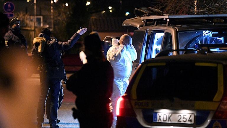 Polisens tekniker anlände till platsen vid 20-tiden på tisdagskvällen. En stor polisinsats pågår just nu i ett villaområde i Bjärred utanför Lund.