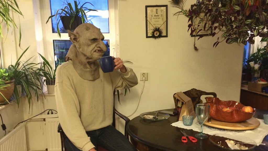 Paul Andersson provar trollkostymen.