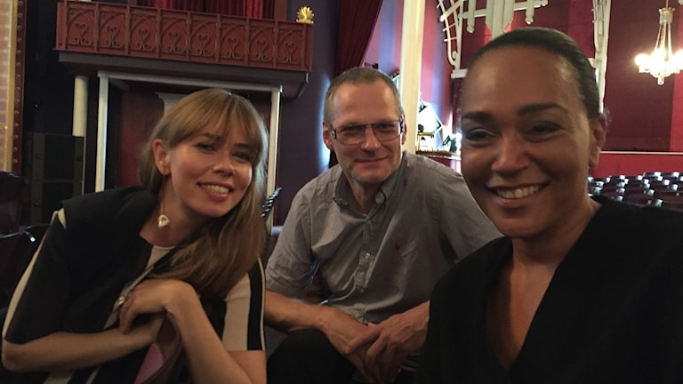 Birgitte Hjort Sørensen och Carolin Henderson i föreställningen Divaer i Glas. Kapellmästare Nikolaj Hess i mitten.