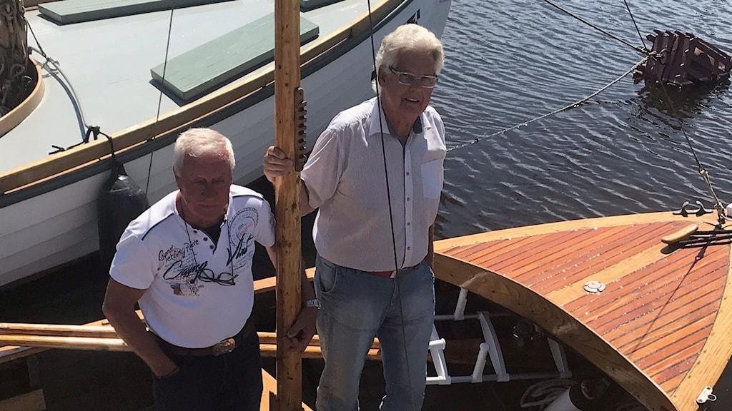 Två män i båt
