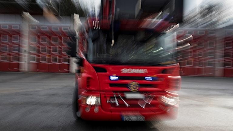 Brandbil på väg ut på utryckning.