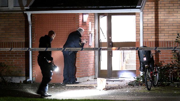 Polisens bombtekniker undersöker den söndersprängda entrén till ett flerfamiljshus på Viborgsgatan i Malmö