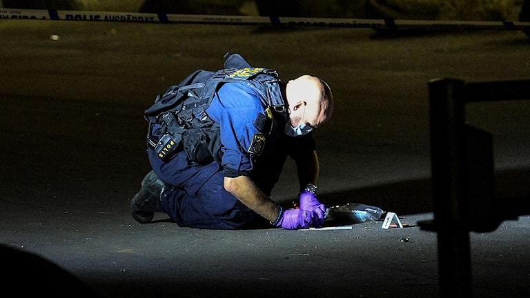 Polisens tekniker jobbar efter skottlossning på Ramels väg.