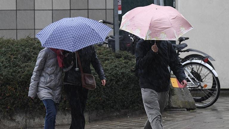 Folk med paraply.
