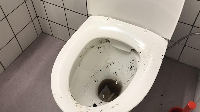 En smutsig toalettstol.