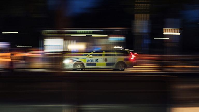 En polisbil kör genom natten. Foto: Stina Stjernkvist/TT