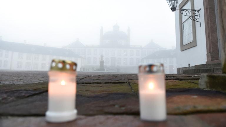 Tända ljus  vid Fredensborg slott på Nordsjaelland i Danmark. Prins Henrik avled  sent i går kväll på Fredensborg Slott efter en tids sjukdom.  Foto Liselotte Sabroe/TT