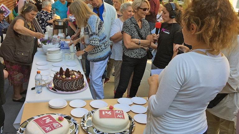 P4 Malmöhus bjuder på tårta inne på radions gård när kanalen firar 40 år 29 augusti 2017. Foto: Hans Zillén/Sveriges Radio.