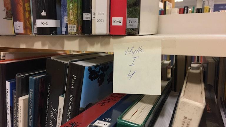 Böckerna packas inte ner i lådor utan står kvar medan hela hyllorna flyttas.