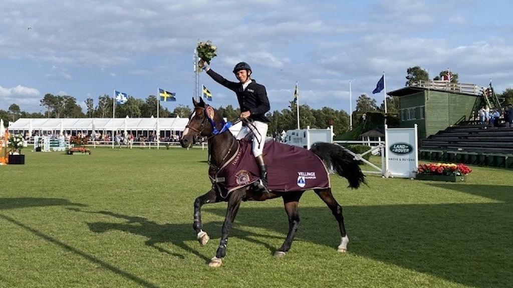 Ryttaren Alexander Zetterman vann överlägset dagens Grand Prix i Falsterbo på hästen Triton.