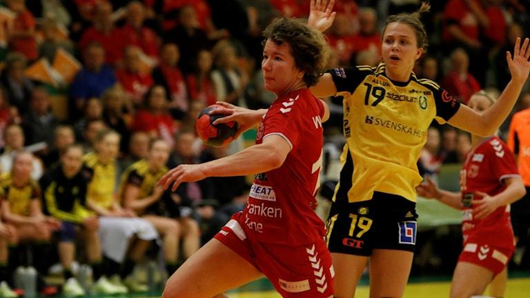 Olivia Mellegård, Sävehof försöker stoppa Tilda Wiberg, H65 Höör. Foto: Martin Trobäck/kantbilder.se