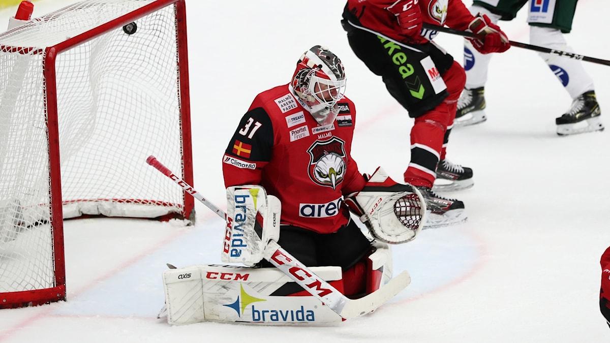 Färjestads  0-2 -mål av Jens Westin placeras i kassen bakom Malmös målvakt Lars Volden under lördagens ishockeymatch i SHL mellan IF Malmö Redhawks och Färjestad BK i Malmö Arena.