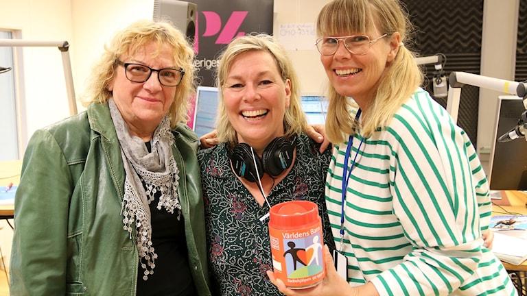 Gröna trion Gun Bergbring, Lena Frisk och Sofie Ericsson vill att du önskar musik till förmån för Världens barn. Foto: Hans Zillén/Sveriges Radio.