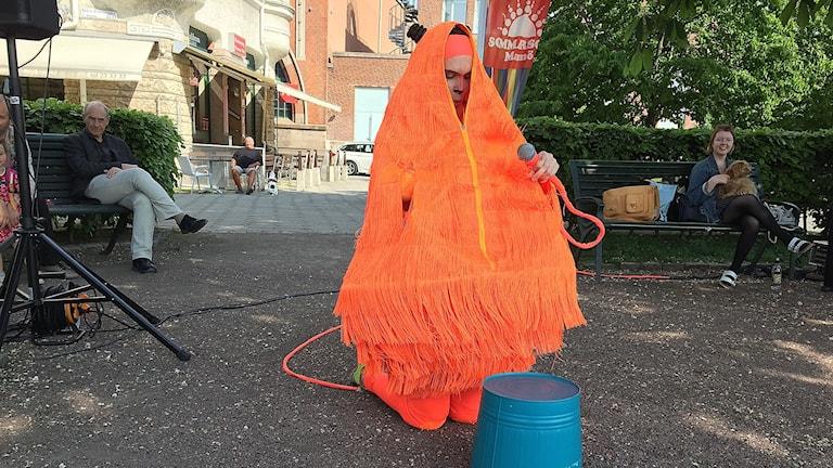 Jenny Nilsson med barnteaterföreställningen Samlaren.