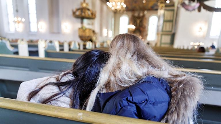 Sörjande ungdomar i en kyrka. Foto: Gorm Kallestad/TT
