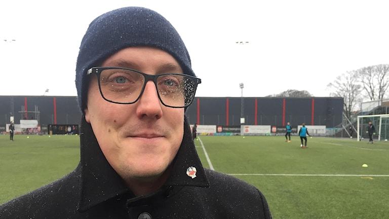 HIF-supportern Olof Friman gillar att vara på plats vid första träningen för året. Foto: Anna Hanspers/Sveriges Radio.