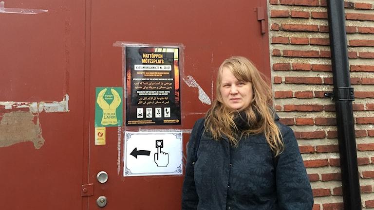 Sofie Malm framför mötesplatsen Kontrapunkt.