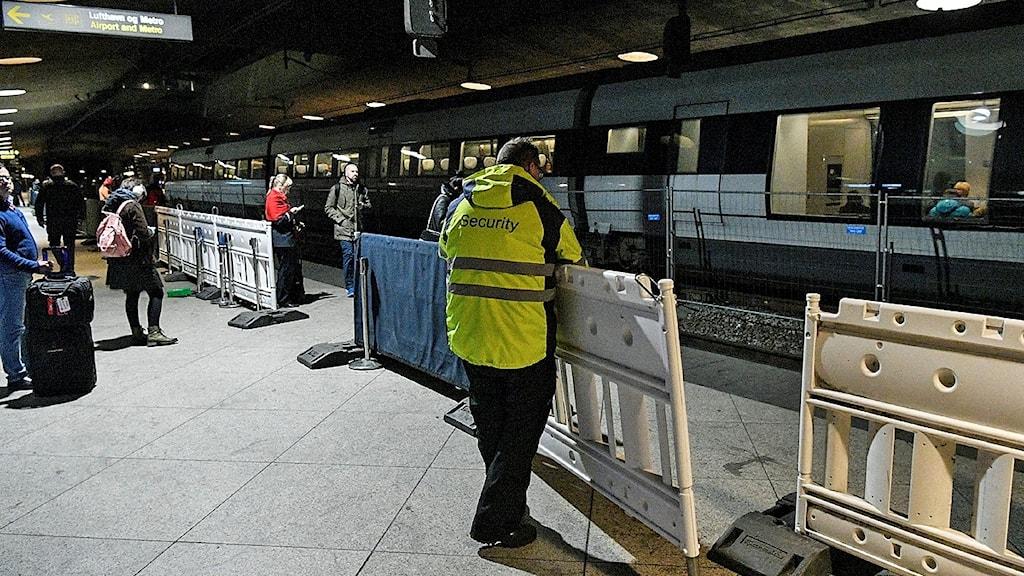 Avspärrningarna för id-kontrollerna plockas bort från perrongen medan passagerarna är på väg mot nästa tåg på stationen i Kastrup strax efter midnatt natten till torsdagen. Sverige beslutade tidigare i veckan att ID-kontrollerna på tåg till Sverige skulle upphöra. Foto: Johan Nilsson/TT