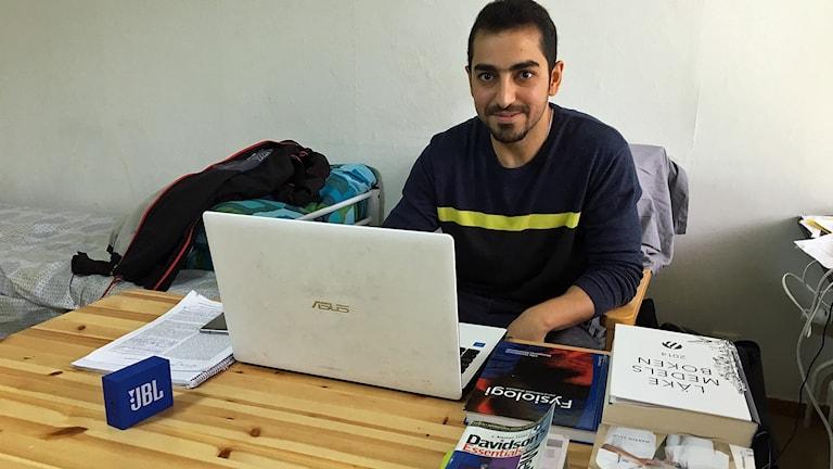 Sadeq Al-Ghaffari har lånat många medicinska böcker inför provet och han läser också en hel del på nätet. Foto: Anna Landelius/Sveriges Radio