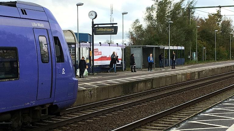 Burlövs station där ett pågatåg åker förbi.