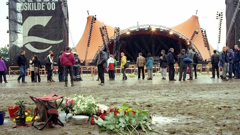 Blommor på platsen för tragedin på Roskildefestivalen. Foto: Sif Meincke/TT.