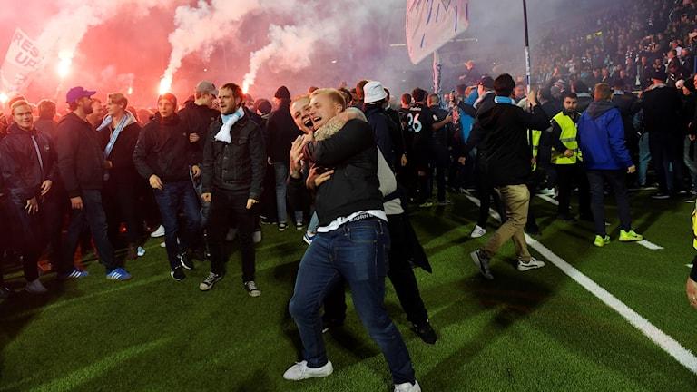 Malmöjubel bland fansen efter måndagens match i fotbollsallsvenskan mellan IFK Norrköping och Malmö FF på Östgötaporten. Malmö vann matchen med 1-3 och är därmed svenska mästare.  Foto: Jessica Gow/TT