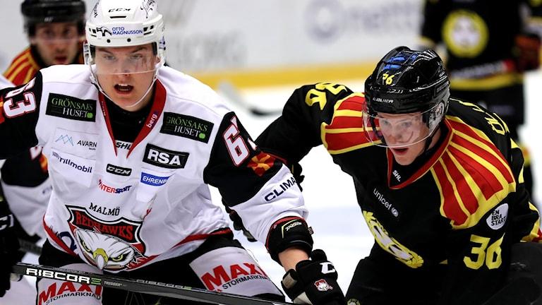 Malmös Fredrik Händemark  och Linus Ölund i lördagens ishockeymatch i SHL mellan Brynäs IF och Malmö Redhawks på Gavlerinken Arena. Foto: Mats Åstrand/TT