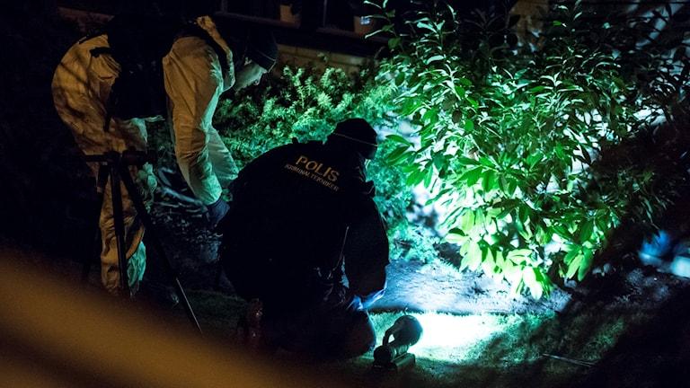 Polisens tekniker undersöker platsen för mordet och branden i Hjärup. Foto: Johan Nilsson/TT.